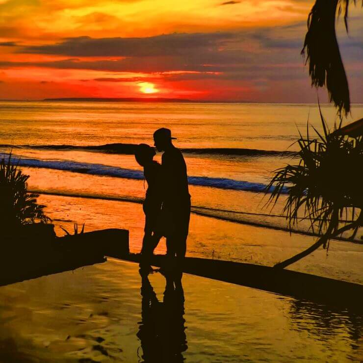 TWO PEOPLE EMBRACING IN FRONT OF THE Sunset on Nusa Lembongan