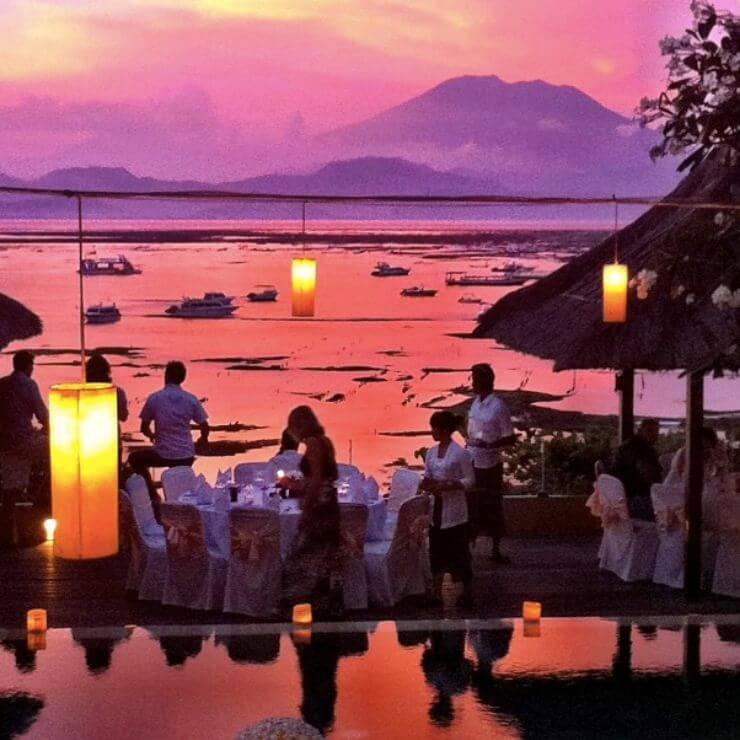 One of the top 8 spots to drink and watch the sunset on Nusa Lembongan is Muntigs Restaurant